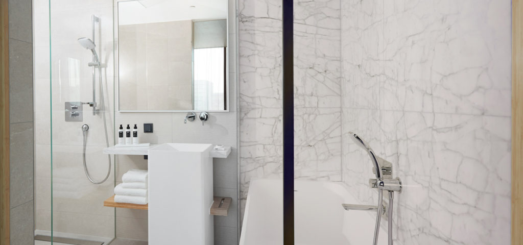 hotel-jakarta-amsterdam-junior-suite-shower-douche-bad-bath-westcord-hotels-4 - Westcord Hotels