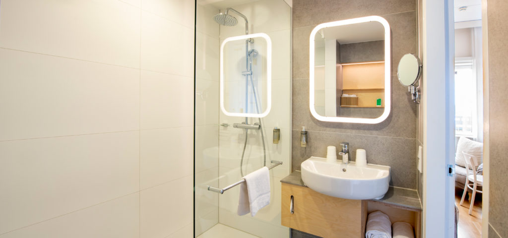 eenpersoonskamer-mindervaliden-badkamer-douche-westcord-hotel-delft - Westcord Hotels