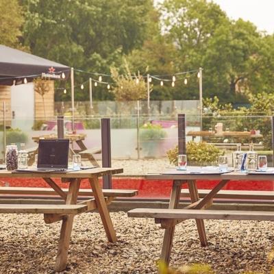 westcord-art-hotel-meetings-picknick-tafel