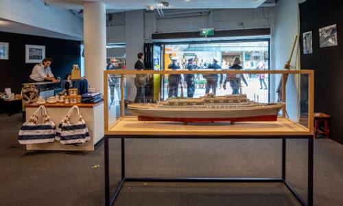 Het ss Rotterdam gooit haar trossen los in de Koopgoot